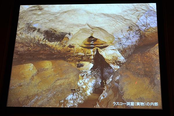 ラスコーの洞窟は保全のため1963年に閉鎖、今では研究者ですら入れない。同展では、まるで洞窟に入ったかのような体験ができる