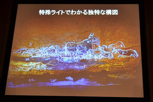 「黒い牝ウシ」を特殊なライトで構図がわかるようにしたもの。ウシの後ろの馬の存在がよくわかる。また他の洞窟内部の壁画には見られない彩色と線刻の2つの技法が組み合わされている