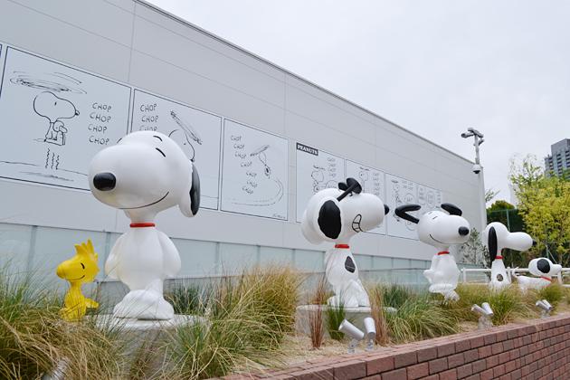 『スヌーピーミュージアム』に入ってすぐ、姿の違う5体の「ウェルカムスヌーピー」。まだ四つ足で駆け回る普通の犬だった1953年のスヌーピーからお馴染みの今の姿まで