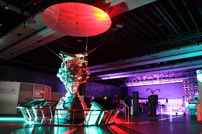 夜の日本科学未来館に子供も大興奮!光と音の演出で魅せる日本科学未来館のナイトミュージアム vol 1. ー未来館で「お地球見」ー