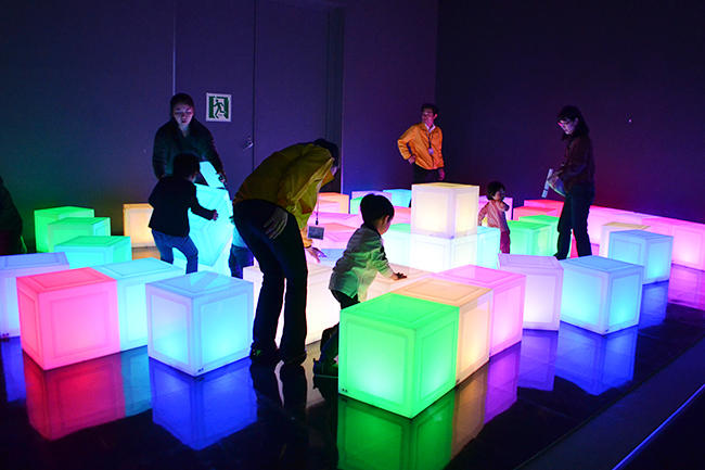 子供たち大喜び!日本科学未来館を走り回って、はしゃいで、触ってアートを楽しむ!企画展「チームラボ 踊る!アート展と、学ぶ!未来の遊園地」開催!