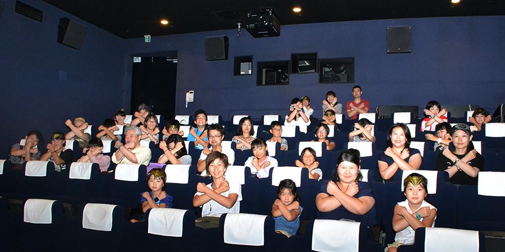 みんなでワンダーポーズ! 上映後に大きな拍手! 映画『ワンダーウーマン』キッズイベント親子試写会開催! 開催レポート & 映画レビュー!