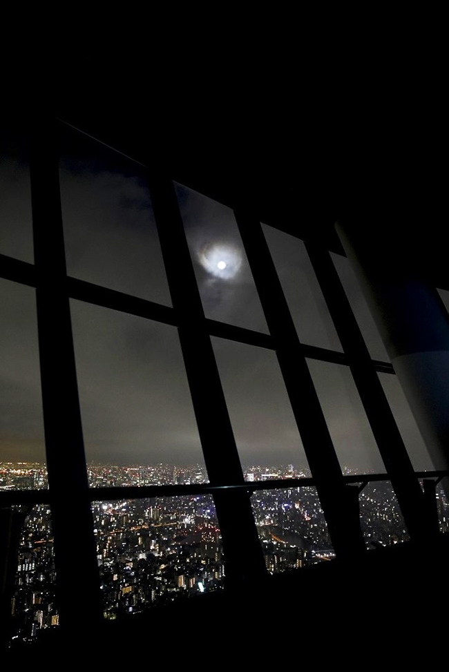 子供と一緒に名月を愉しもう!東京スカイツリー、東京ソラマチから見る上弦の月、中秋の名月などの名月鑑賞会