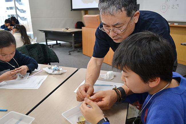 キッズイベントレポート!ゲームや実験を通して科学や数理への興味を抱くきっかけづくりを行なうイベント「6回目 ダヴィンチ☆マスターズ」が2018年3月21日(水・祝)、学習院女子大学で開催!約600名の子供たちが参加し、クイズやワークショップ、解剖などを行ない大盛況!