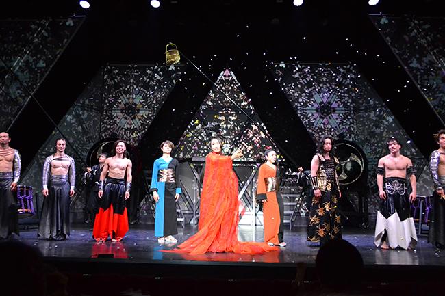 和太鼓エンタテインメント集団「DRUM TAO(ドラム タオ)」の『万華響 ーMANGEKYOー』ゲネプロ公演が2018年5月18日(金)、オルタナティブシアター(有楽町)で開催!万華響2018演出家のフランコ ドラオ氏、DRUM TAO衣装デザイナーのコシノジュンコ氏、クリエイティブのディレクションを担当したチームラボの寺尾実氏、万華響2018PRアンバサダーの加藤綾子氏が登場!「万華響 ーMANGEKYOー」を観た感想、体験レポート!万華響は2018年6月20日(水)まで開催中!