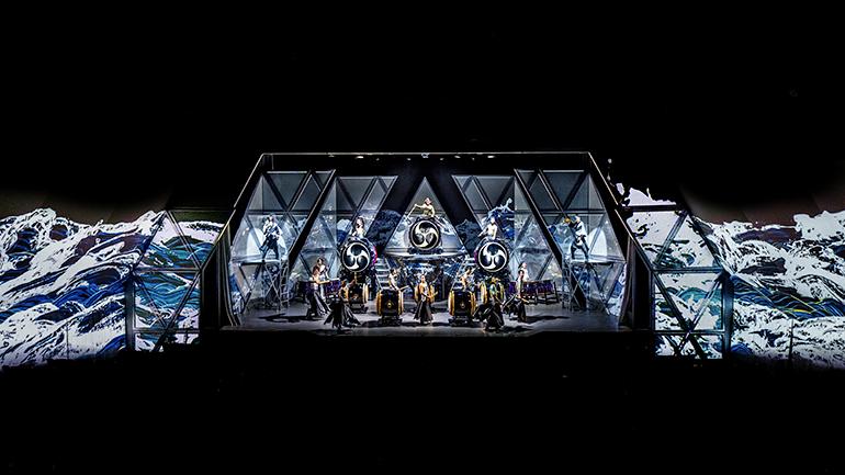 和太鼓エンタテインメント集団「DRUM TAO(ドラム タオ)」の公演『Revolutionary New Drumming Entertainment in Tokyo 万華響 ーMANGEKYOー』が、東京・有楽町のオルタナティブシアターで2019年4月10日(水)〜6月30日(日)まで開催!衣装はコシノジュンコ、舞台映像はチームラボ!