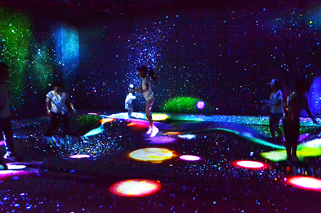「MORI Building DIGITAL ART MUSEUM: EPSON teamLab Borderless」will be held on June 21, 2018 (Thursday) in Odaiba Palletown, jointly operated by Mori Building and Team Lab. , Below, team laboratory borderless) opened! I went to 「MORI Building DIGITAL ART MUSEUM: EPSON teamLab Borderless」 right away! It is a visually appreciated art museum unlike the world that children and parents can enjoy together.