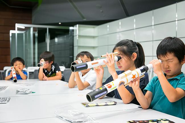 六本木ヒルズ屋上「スカイデッキ」での星空観望など、六本木ヒルズで天文イベントを開催する「六本木天文クラブ」では、2018年8月1日(水)に月のクレーターや土星のリングもばっちり見える本格派望遠鏡を作る子供向けワークショップを開催! 参加者募集中!