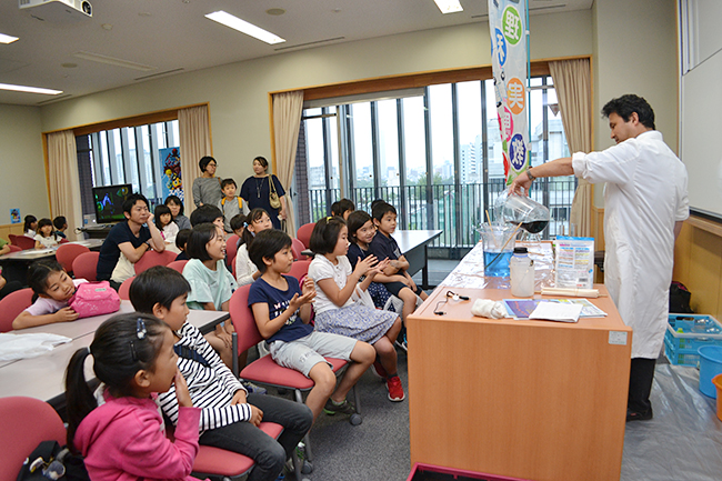 "The eighth time of the popular free event ""Da Vinci Masters"" which creates opportunities to have interests in children's science and mathematics through experiences such as experiments and observations was held on Sunday, June 10, 2018, Gakushuin Women's University It was held in! Many children and parents also enjoyed ""Da Vinci Masters"" this time."