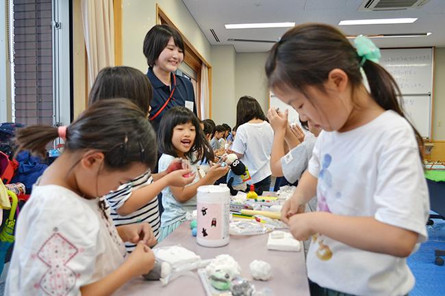 実験や観察などの体験を通じて、子供たちの科学や数理への興味を抱くきっかけづくりを行なう人気の無料イベント「ダヴィンチマスターズ」の8回目が、2018年6月10日(日)、学習院女子大学で行なわれました!今回もたくさんの子供と親が「ダヴィンチマスターズ」を楽しんでいました。