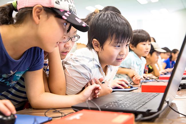 六本木ヒルズではMITメディアラボと共同でプログラミングからバイオテクノロジー、VR体験など、子供たちが最先端テクノロジーに出会える「MIRAI SUMMER CAMP」を2018年7月21日(土)〜8月27日(月)まで開催!参加者募集中!