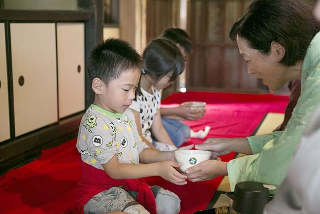 日本の伝統文化・芸能を国内外へ広く発信することを目的に、子供たちや外国人など、誰もが気軽に参加できる大規模な茶会「東京大茶会 2018」が、2018年10月13日(土)・14日(日)に江戸東京たてもの園で開催!子供と一緒に茶道を体験!浜離宮恩賜庭園でも!