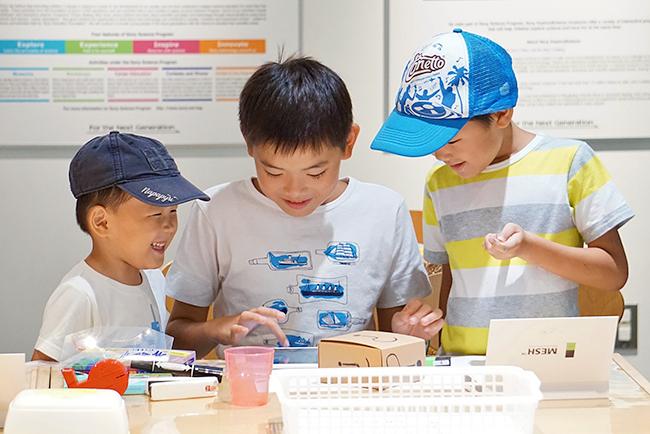 ソニーの体験型科学館「ソニー・エクスプローラサイエンス」では、無線でつながる小さなプログラミングブロック「MESH」(メッシュ)を使った工作教室を2018年10月27日(土)、28日(日)に開催!子供たちはプログラミングの知識がなくてもIoTをの工作を楽しめます。