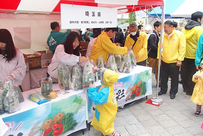 銀座で新鮮な国産農作物を約1,500人に配布!銀座に16道県の新鮮な国産農作物と、人気ゆるキャラが大集合するイベント『美味しい国産農産物チャリティー頒布会』が、2018年10月27日(土)数寄屋橋公園にて開催!16道県の美味しい野菜や果物をチャリティーで配布!ゆるキャラも登場!