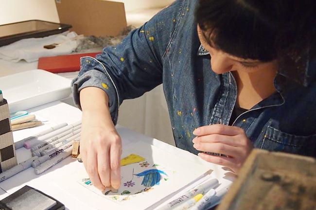 2018年11月22日(木)〜26日(月)に開催される「26th キネコ国際映画祭」は、観るだけではなく、いろいろな体験ができる映画祭。版画家・蟹江杏さんと一緒に子供たちが絵を描くワークショップでは、会場のガラス壁面にみんなで大きな森を描き、ひとつの絵を創りあげる達成感や感動を楽しみます! 蟹江さんにどんなワークショップになるかや、子どもたちと絵を描くこと、そして映画についてインタビューしました!
