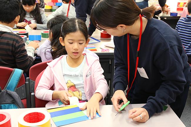 実験や観察などの体験を通じて科学や数理への興味を抱くきっかけづくりを行なう人気イベント「ダヴィンチマスターズ」第11回を、2018年11月23日(金・祝)に学習院女子大学で開催!子供たちは興味あるコンテンツを、親御さんは書籍『「言葉にできる」は武器になる。』の著書で、ジョージアのCM「世界は誰かの仕事でできている」などコピーライターとして活躍中の梅田悟司氏の保護者講演会を楽しみました!