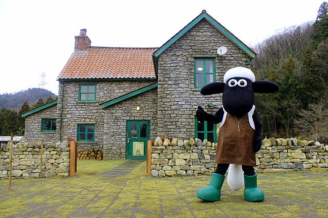 子供たちが大好きなクレイアニメーション「ひつじのショーン」の世界観を再現した『ひつじのショーン ファームガーデン』が、2019年3月31日(日)グランドオープン!牧場主の家やひつじたちの小屋を再現、主人公のショーンやひつじの仲間たちなどの人気キャラクターも登場!