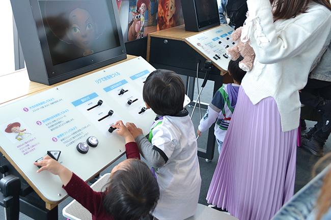 子供たちがPIXAR(ピクサー)のアニメーションづくりのひみつを、実際に体験しながら
