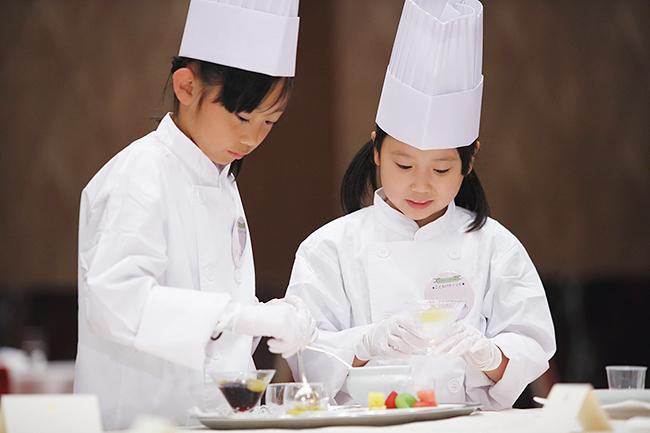 2019年5月3日(金・祝)と5日(日・祝)の2日間、東京・中央区のロイヤルパークホテルで、ホテル各部門のトップシェフ直伝の技が学べる職業体験イベント「こども体験イベント&ホテルブッフェ」を開催! 参加予約受付中です。子供たちがホテルシェフやパティシエになって「おもてなし」を学ぼう!