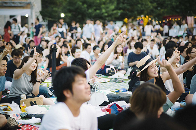 「ハリー・ポッター」の新シリーズ1作目の映画「ファンタスティック・ビーストと魔法使いの旅」を芝生の上で無料で楽しめる野外シアター「Shinagawa Open Theater(品川オープンシアター)vol.8」が2019年6月1日(土)品川シーズンテラスで開催!上映作品にあわせた会場演出やフードやドリンクで、子供と一緒に楽しめます!