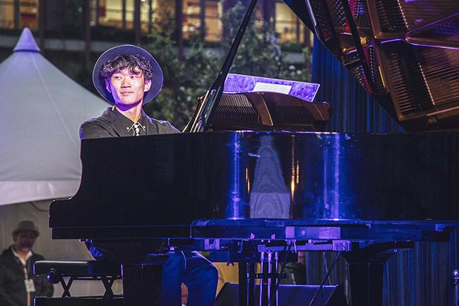 2019年で7回目を迎える入場無料の野外ジャズイベント『JAZZ AUDITORIA 2019 in WATERRAS(ジャズ・オーディトリア 2019 イン ワテラス)』が、4月26日(金)〜28日(日)に開催! 17歳の高校生天才ピアニスト 奥田弦さんが出演する初日に行ってきました!