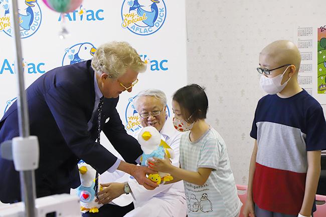 アフラック生命保険株式会社は2019年5月22日(水)、米国アフラックと米国ベンチャーのロボットメーカーが小児がんで闘病中の子どもたちのために開発したアヒル型ロボット「My Special Aflac Duck(MSAD)」を日本大学医学部附属板橋病院へ寄贈しました。