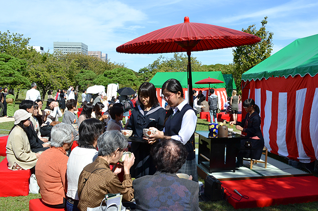 日本の伝統文化・芸能を国内外へ広く発信することを目的に、外国人や子供たちなど、誰でも気軽に参加できる大規模な茶会「東京大茶会 2019」が、2019年10月19日(土)・20日(日)に浜離宮恩賜庭園で開催!「東京大茶会」は、茶道に馴染みがない方や未経験者、小学生以下の子供も、誰でも気軽に参加できる一般の方向けのお茶会です。2019年10月5日(土)・6日(日)には江戸東京たてもの園でも開催!