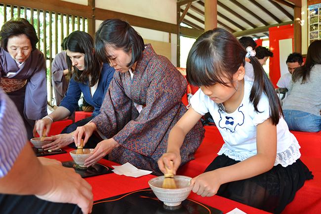 2012年10月13日(土)・14日(日)「東京大茶会2012」が浜離宮恩賜庭園で開催、行ってきました!お茶が初めての方、外国人向けの茶席など趣向を凝らしたユニークな野点も催され、子供たちをはじめ、普段、茶道に馴染みのない方もお茶の文化を楽しんでいました!