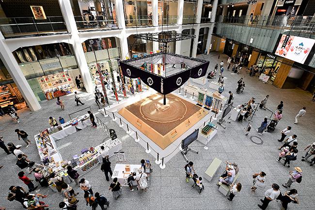 東京・丸の内にあるJPタワー商業施設「KITTE」(キッテ)では、2019年8月2日(金)〜25日(日)まで「KITTEの夏イベント 2019」として、「宝塚」「相撲」の魅力を体感できる2つのイベントを開催!「はっきよいKITTE」では夏巡業も開催!子供と一緒に、日本を代表するエンターテインメントと文化を楽しむことができます。