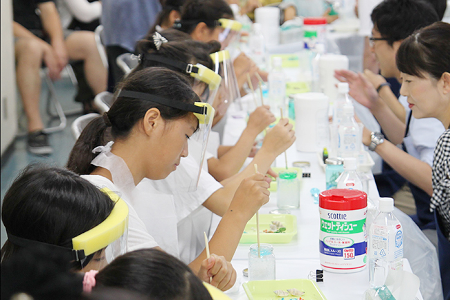 化学の学会ならびに産業界で組織する「夢・化学-21」委員会は2019年8月3日(土)〜4日(日)、科学技術館で小学生を対象にした無料の化学実験体験イベント「夏休み子ども化学実験ショー2019」を開催!おもしろくて子供たちの夏休みの自由研究にも活かせる全16プログラムを実施!