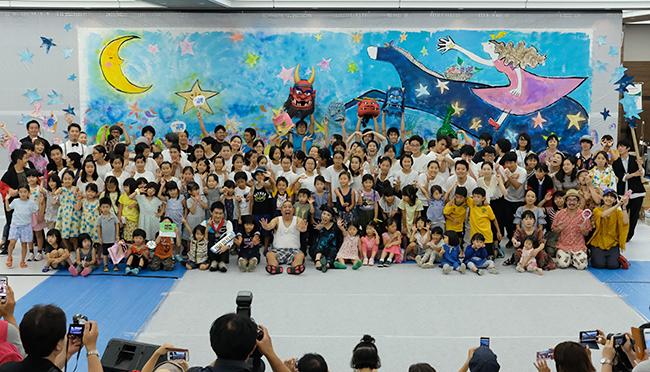 子どもとその保護者向けの参加型アートイベント「こどもアートアドベンチャー 〜アートなトラベル~」が2019年8月21日(水)、区立区民産業プラザCoconeri(ココネリ)ホールで開催!版画家 蟹江杏さんは「絵と音のライブペインティング」を開催。