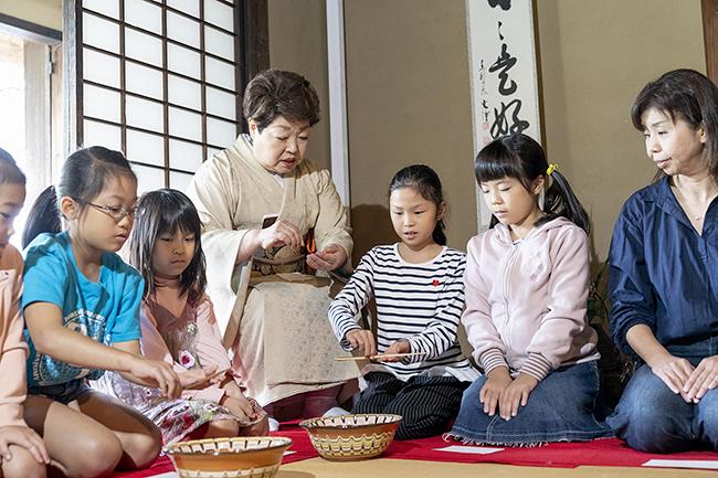 日本の伝統文化・芸能を国内外へ広く発信することを目的に、外国人や子供たちなど、誰でも気軽に参加できる大規模な茶会「東京大茶会 2019」が、2019年10月5日(土)・6日(日)に江戸東京たてもの園で開催!「東京大茶会」は、茶道に馴染みがない方や未経験者、小学生以下の子供も、誰でも気軽に参加できる一般の方向けのお茶会です。2019年10月19日(土)・20日(日)には浜離宮恩賜庭園でも開催!