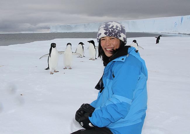 南極でアデリーペンギンと一緒に写る中山由美さん(『キッズイベント』インタビュー「子どもの夢の叶え方」より)