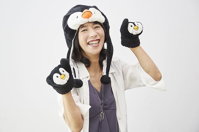 ペンギンの帽子をかぶり、「ペンギンおねえさん」となった中山由美さん。小学校など子どもたちへの講演では、こんな姿も?(『キッズイベント』インタビュー「子どもの夢の叶え方」より)