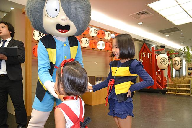 水木しげるさんの大人気漫画「ゲゲゲの鬼太郎」の妖怪世界を体感できるイベント「ゲゲゲの妖怪100物語」が、2019年8月10日(土)から池袋サンシャインシティで開催!「ゲゲゲの妖怪100物語」に行ってきました! 水木しげるさんの描いた100もの妖怪が大集結!子供たちは怖がったり、喜んだり!