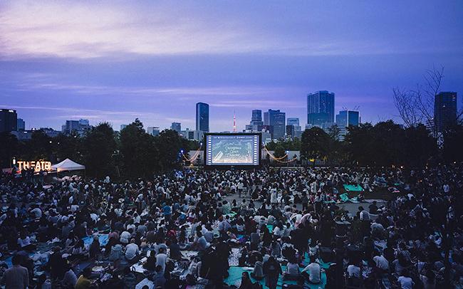 スピルバーグ監督の映画『レディ・プレイヤー1』を子供と一緒に芝生の上で無料で楽しめる野外シアター「Shinagawa Open Theater(品川オープンシアター)vol.9」が2019年10月5日(土)品川シーズンテラスで開催!上映作品にあわせた会場演出やフードやドリンクも楽しめます!