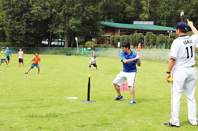 狭山市立狭山台中央公園では、埼玉西武ライオンズOB選手から教わる参加無料の「親子キャッチボール教室」を2019年10月6日(日)に開催! 9月17日(火)から参加受付開始、先着順!ボールの投げ方や打ち方のレッスン、試合形式のレクリエーションを行なう。