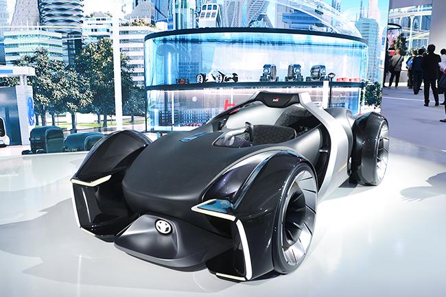トヨタの2人乗りEVスポーツカー「e-RACER」がサプライズで登場! ライドシェアが普及すると、個人所有のクルマはこのようによりパーソナルなものになるという考えのもと開発されたコンセプトカー(第46回東京モーターショー2019)