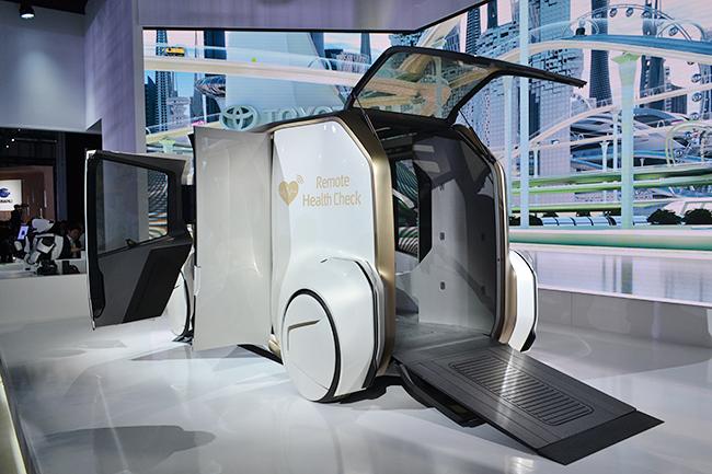 ヘルスチェックができるモビリティー、トヨタの「e-Care」。病院へと向かう車中、遠隔地にいる医師の問診や診察を受けることができる(第46回東京モーターショー2019)