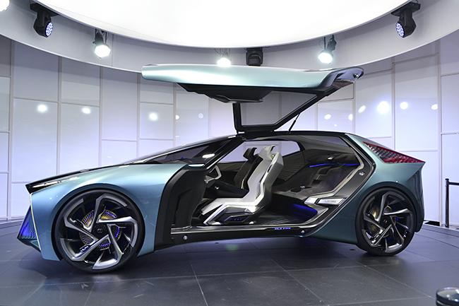 ガルウィングのドアを備えた斬新なデザインの「LF-30 Electrified」は、2030年に向けたレクサスの電動化のビジョンを示唆している(第46回東京モーターショー2019)