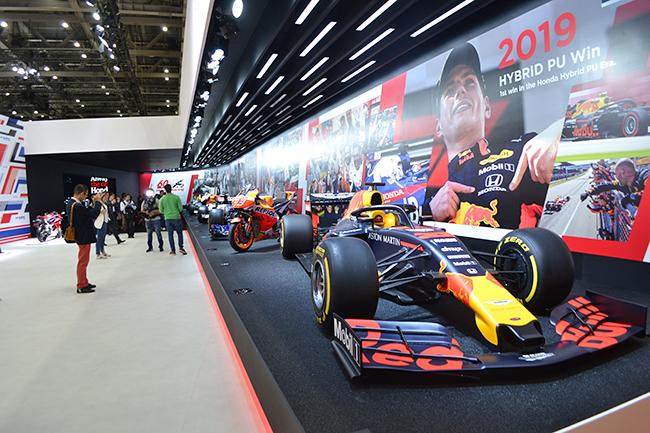 ホンダのブースではF1カーや歴史的名車も展示。2019年で60周年を迎えたCBシリーズをはじめ、往年の名車も並ぶ(第46回東京モーターショー2019)