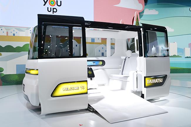 自動運転タイプのパブリックトランスポーター、ダイハツ「IcoIco(イコイコ)」。高齢者なども乗降しやすいデザインに(第46回東京モーターショー2019)