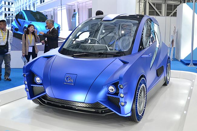 """環境省がつくった """"ミライのクルマ"""" のコンセプトカー「AGV(All GaN Vehicle)」。従来の車よりCO2排出量を約20%削減することを目標とし、開発にはノーベル物理学賞を受賞した天野浩教授ら、名古屋大学などが協力(第46回東京モーターショー2019)"""
