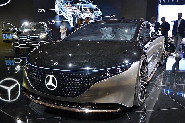 メルセデス・ベンツのEV専用ブランド「EQ」初のセダンコンセプトカー「VISION EQS」。強力なモーターにより0-100km/h加速は4.5秒、1回の充電で最大700キロメートルの航続が可能な4輪駆動のEV(第46回東京モーターショー2019)