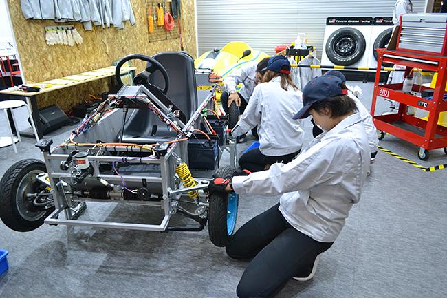 トヨタ自動車ではタイヤの取り付けの体験。壊れたおもちゃを直してくれる「おもちゃ病院」も土・日・祝日に開院!(第46回東京モーターショー2019)