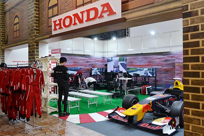ホンダでは本格的なレーシングシミュレーターでドライビングを体験(第46回東京モーターショー2019)