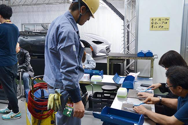 金型磨きを体験するマツダのブース。金型づくりを学んだら金属磨きをトレーニング(第46回東京モーターショー2019)