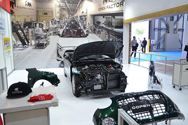 ダイハツは本物のクルマ「コペン」を使い、フェンダーとライトを取り付けるクルマの組み立て体験。クルマが完成したら、ライトは点くかなど点検作業も(第46回東京モーターショー2019)