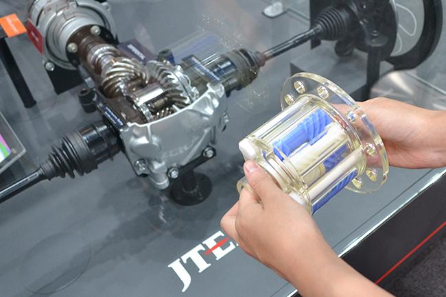 クルマに欠かせない「トルセン」という部品を組み立てるジェイテクトのブース。本物の部品と同じ大きさのスケルトンモデルを使用する(第46回東京モーターショー2019)