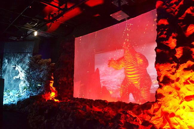 """ウルトラマンでお馴染みの円谷プロダクションは、ウルトラマンシリーズに登場する """"かいじゅう"""" たちの世界を体感できる空想科学「かいじゅうのすみか」体感エンターテイメントを、2019年11月7日(木)から東京ドームシティ Gallery AaMo(ギャラリー アーモ)にオープン! 「かいじゅうのすみか」に行ってきた!怪獣に会えて、最新デジタル技術を使ったコンテンツは、大人も子供も楽しめる!"""